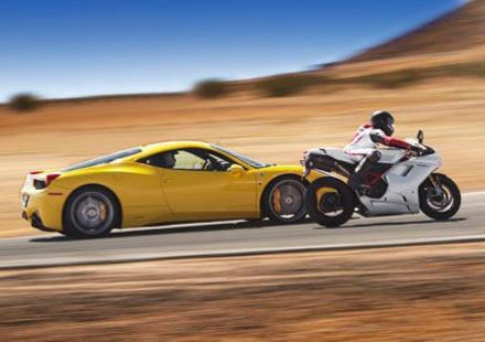 Видео: Ferrari 458 Italia vs Ducati 1198S