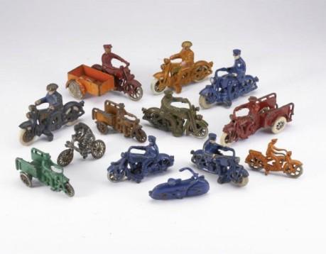 Колекция от играчки на стари мотоциклети се продава за $15,000 02