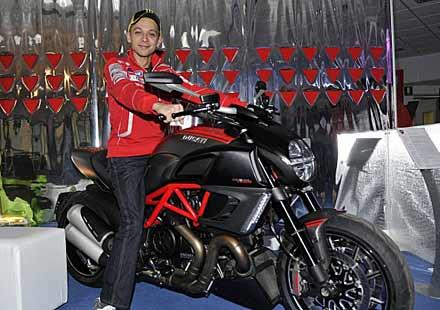 Роси се учи да кара Ducati!? Налага се коренна промяна в стила на Докатора