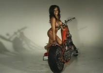 Секси позиране върху къстъм мотоциклет