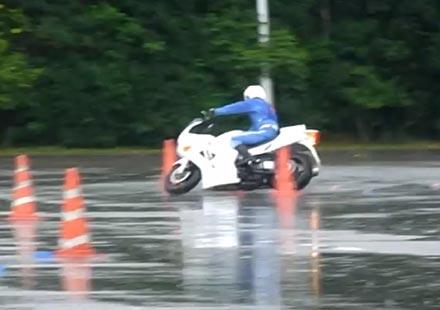 Лудо ченге от Япония – майсторско каране на на мотоциклет на дъжд