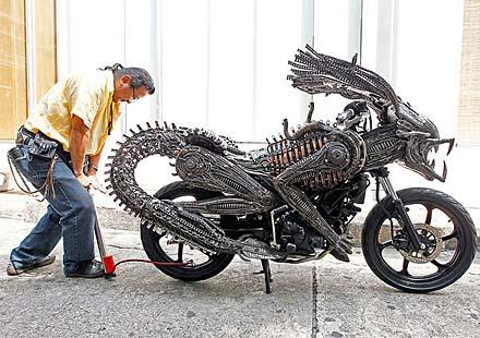 Извънземен мотоциклет от рециклирани резервни части