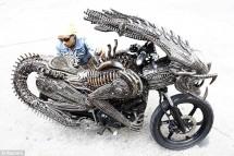 Извънземен мотоциклет от рециклирани резервни части 01