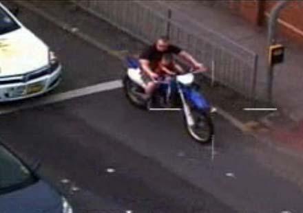 Мъж бе заснет да шофира без каска и да вози дете на резервоара