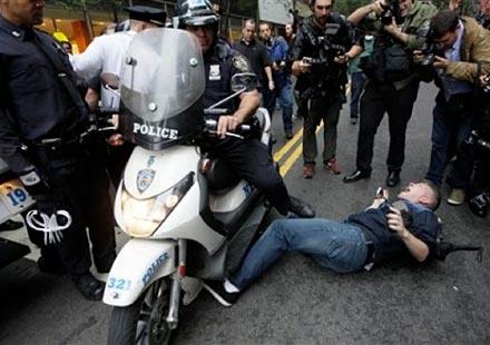 Полицаи със скутери газят демонстранти