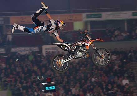 """Мотоциклетни шоу изисква 60 тира пръст и 1000 бали слама в Арена """"Армеец"""""""