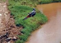 Мотоциклети във въздушни пируети!
