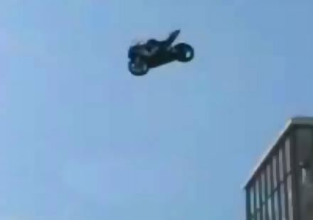 Мотор Suzuki GSXR 600 пада от 15 етажна сграда (видео)