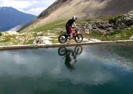 Жулиен Дюпон с мотор през Алпите