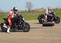 Drag Race - Yamaha VMax VS Ducati Diavel