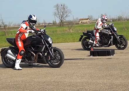 Drag Race – Yamaha VMax VS Ducati Diavel
