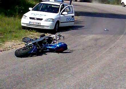 Мотоциклетист със счупен крак след катастрофа