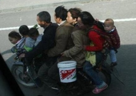 Това го могат само китайците-осем души на един мотор
