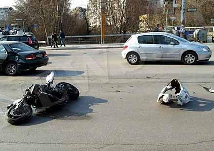 19-годишна смаза връстник с мотоциклет