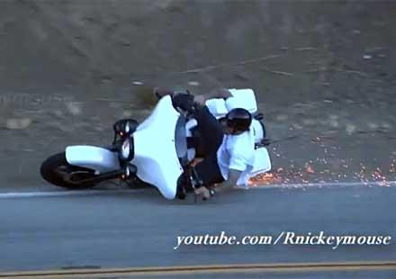 Глупаво пребиване на мотоциклетист с Harley (видео)