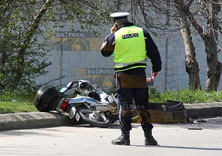 Момче и момиче се потрошиха при инцидент с мотор във Велико Търново