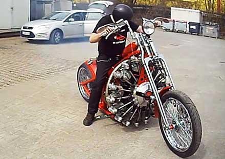 Мъж монтира самолетен двигател на мотоциклет