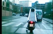 Моторист носещ стълба на мотора си причини 3 катастрофи 03