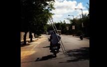 Моторист носещ стълба на мотора си причини 3 катастрофи 04