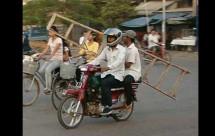 Моторист носещ стълба на мотора си причини 3 катастрофи 06