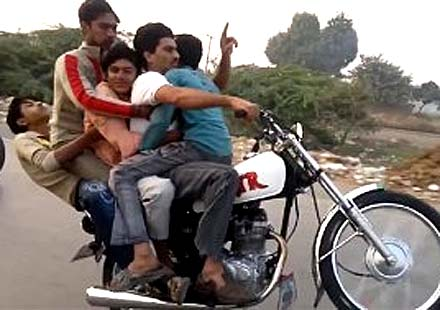 5 хлапета се возят на една гума с мотоциклет (видео)