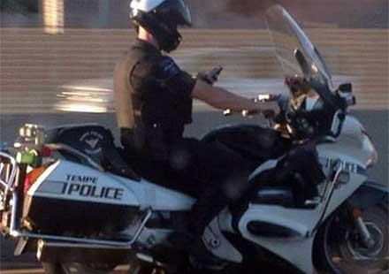 Полицай, дава лош пример на участниците в движението