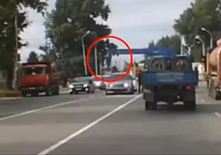 Кран чупи черепа на мъж, спрян по средата на пътя от полицай (видео)