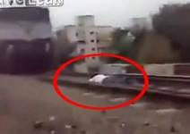 Идиот ляга под бързо движещ се влак (видео)