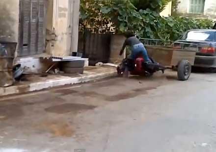 Брюнетка се качва на мотор…явно за първи път (видео)