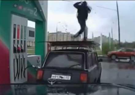 Бензинджия-акробат прави брейк шоу върху лада, докато зарежда (видео)