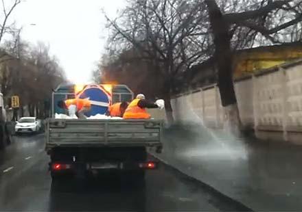 Ето така се обледяват някои тротоари в Москва (видео)