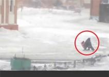 Снежна буря подхвърля пешеходци между колите в Сибир (видео)