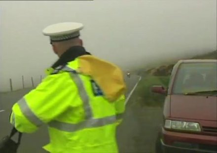 Kакво се случва, когато полицай спира мотоциклетист в мъгла (видео)