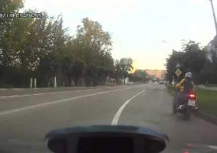 Вижте един глупак на две колела (видео)