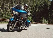Harley-Davidson Road Glide за 2015 г. се появява с гръм и трясък