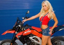 На някои мотори просто им отиват момичета ... 02
