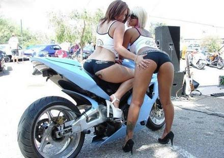 На някои мотори просто им отиват момичета ... 03