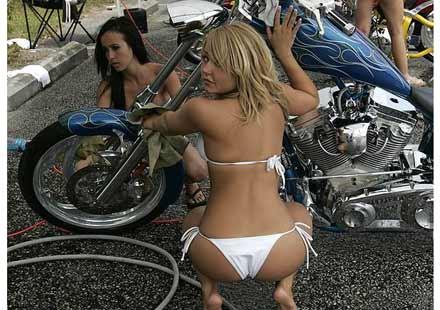 На някои мотори просто им отиват момичета ... 05